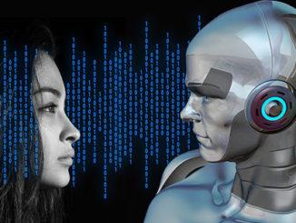 kvinna som tittar på robot