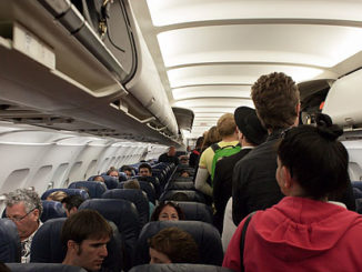 Människor i ett fullt flygplan