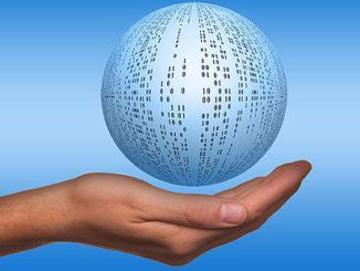 hand som håller en glob fylld med ettor och nollor